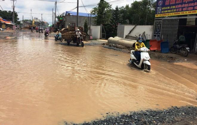 Bể ống cấp nước, nhiều nhà dân bị ngập - Ảnh 1.