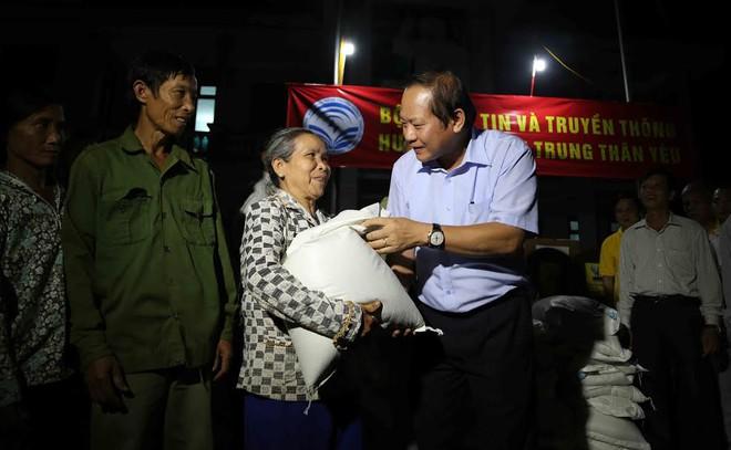 Bộ trưởng TT&TT trao 100 tấn gạo, hơn 1 tỷ cho vùng lũ - Ảnh 2.