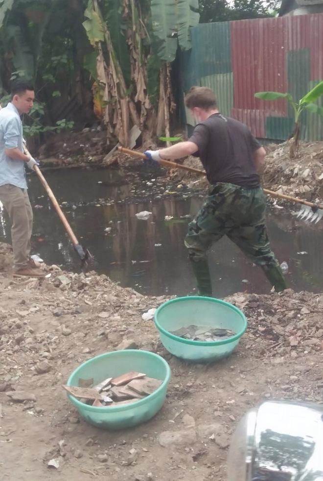 Nhìn trai Tây dọn rác ở Hà Nội: Đừng bắt tôi phải xấu hổ! - Ảnh 3.