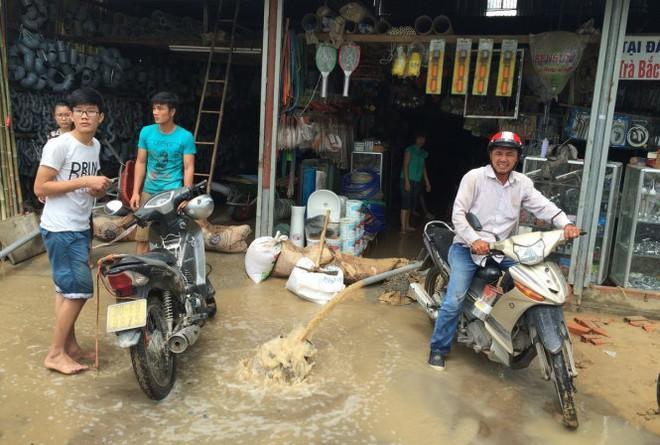 Bể ống cấp nước, nhiều nhà dân bị ngập - Ảnh 2.