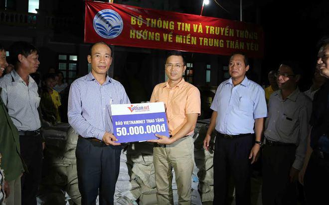 Bộ trưởng TT&TT trao 100 tấn gạo, hơn 1 tỷ cho vùng lũ - Ảnh 3.