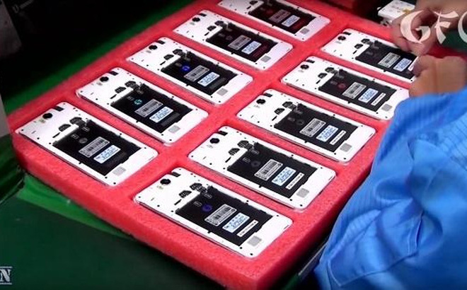 """Cận cảnh quá trình sản xuất điện thoại """"công nghiệp"""" của Trung Quốc"""