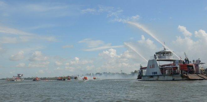 500 cán bộ chiến sĩ diễn tập cứu nạn, cứu hộ đường thủy - Ảnh 4.