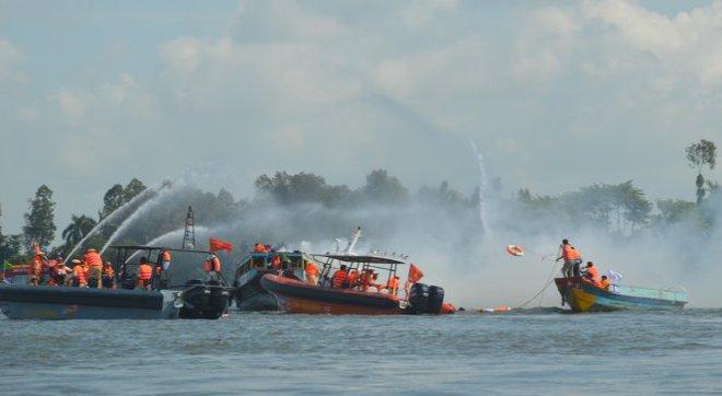 500 cán bộ chiến sĩ diễn tập cứu nạn, cứu hộ đường thủy - Ảnh 5.