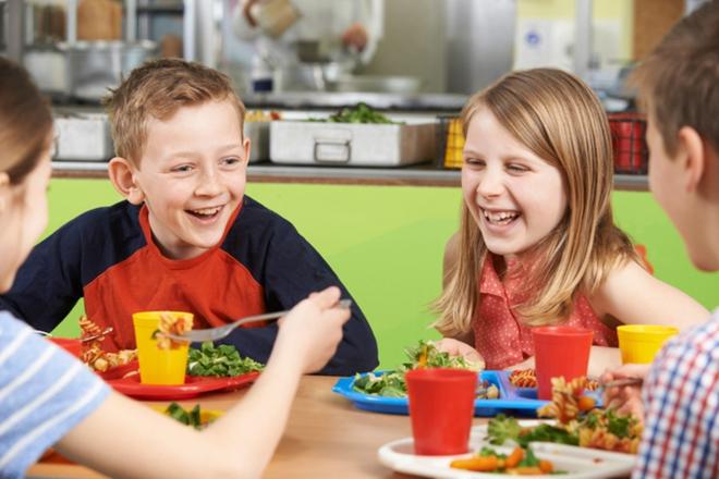 Bác sĩ Mỹ kêu gọi ngừng đưa xúc xích vào bữa ăn của học sinh - Ảnh 1.
