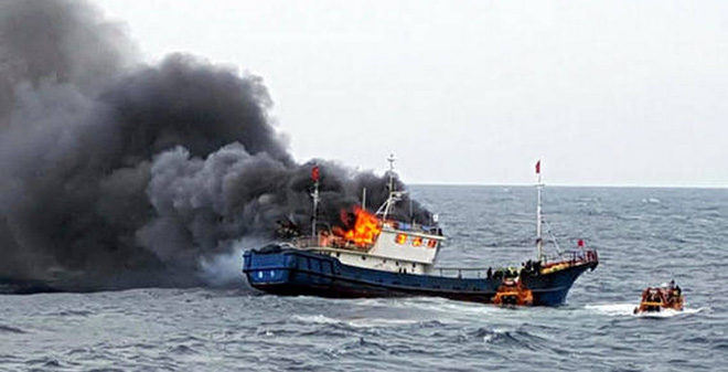 Video cảnh sát biển Hàn Quốc ném lựu đạn choáng vào tàu cá Trung Quốc