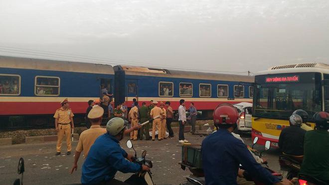 Lái tàu đâm vào xe ô tô khiến 7 người thương vong nói gì? - Ảnh 1.