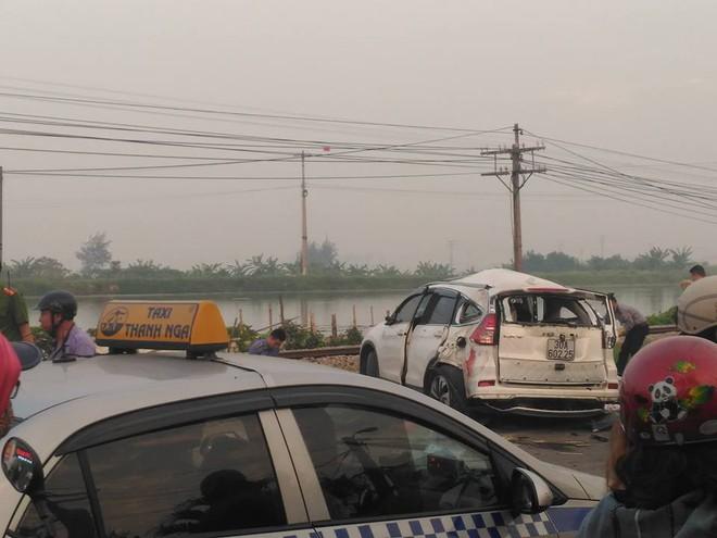 Hà Nội: Ô tô bị tàu hỏa tông trúng lúc rạng sáng, 5 người tử vong - Ảnh 1.
