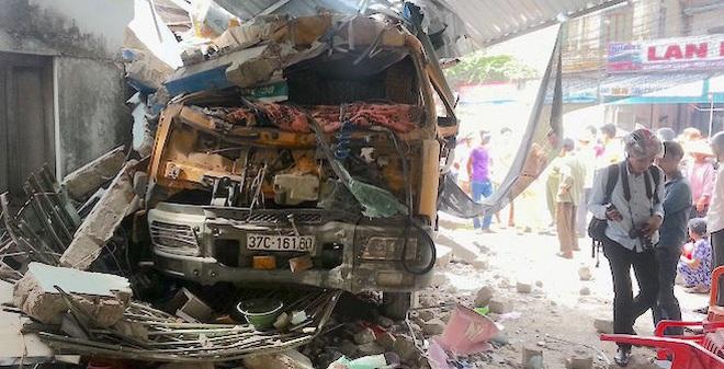 Nghệ An: Xe ben bất ngờ đâm sập quán ăn sáng, 3 người cấp cứu