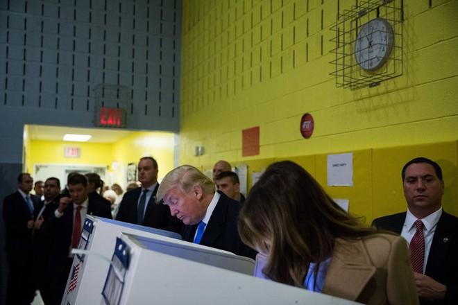 Bầu cử tổng thống Mỹ 2016: Trump bị la ó khi đi bỏ phiếu ở New York - Ảnh 2.
