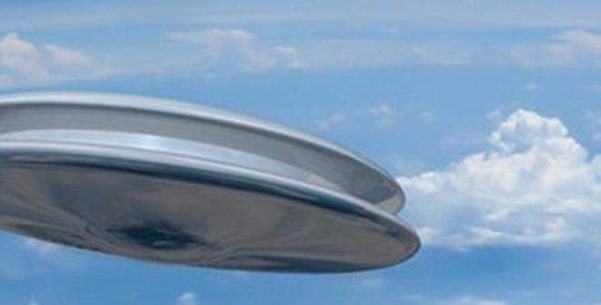 """Vật thể khổng lồ nghi UFO """"xoẹt ngang"""" Trái Đất và Mặt Trời"""