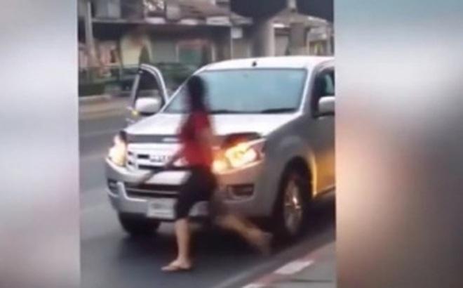 Video: Chồng mải nhậu nhẹt, vợ vác dao rựa đi tìm