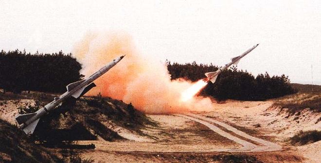 Một quả tên lửa, bắn rơi tại chỗ 2 máy bay Mỹ