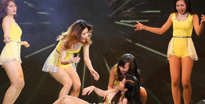 Đông Nhi gặp sự cố, té ngã ngay trên sân khấu