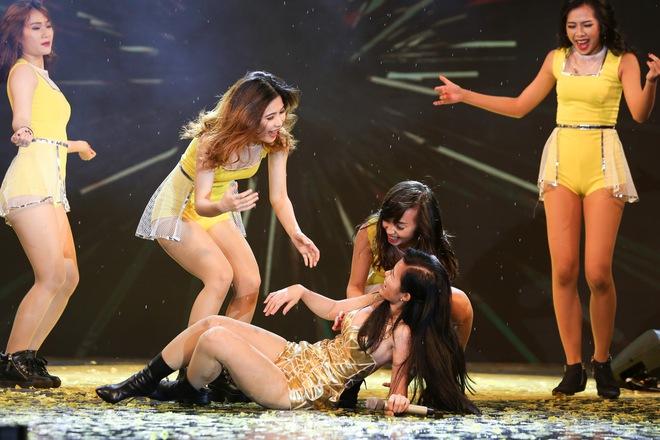 Đông Nhi gặp sự cố, té ngã ngay trên sân khấu - Ảnh 2.