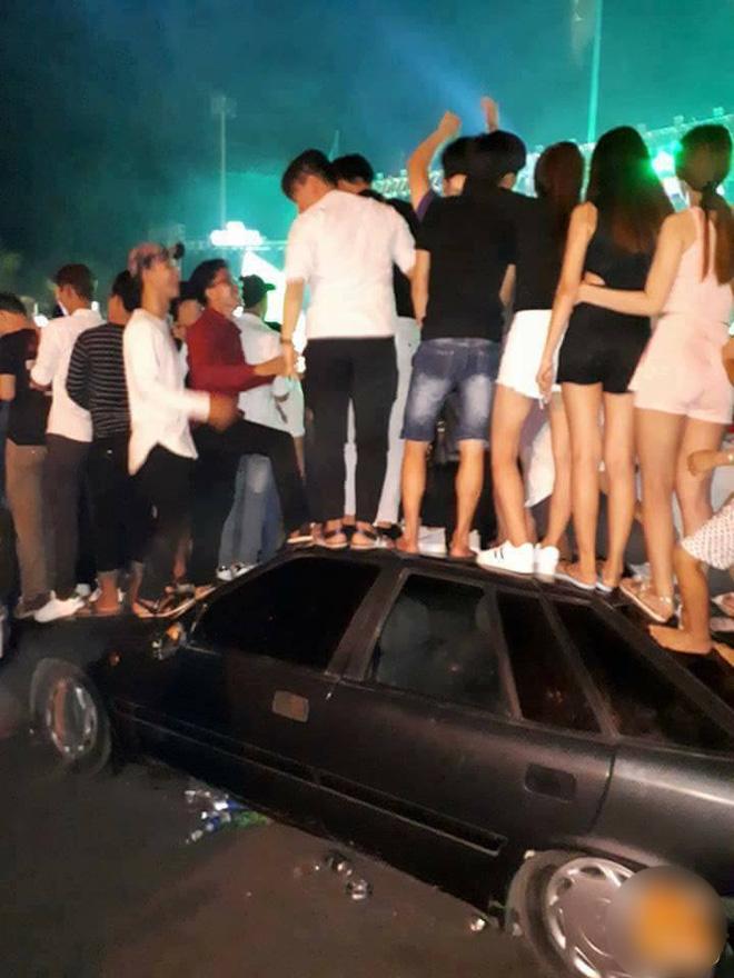 Hành động gây nhiều nhức nhối của nhóm thanh niên trong ngày lễ - Ảnh 5.
