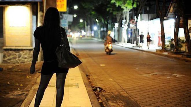 Chuyện người phụ nữ 15 năm sống chung với mại dâm: Muốn bỏ nghề để con gái hãnh diện về mẹ - Ảnh 1.