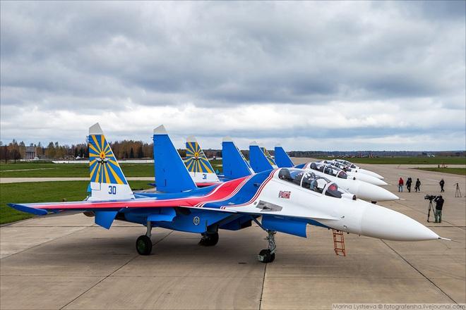 Phi đội tiêm kích đa năng Su-30SM mới tinh chuẩn bị đáp xuống sân bay Nội Bài? - Ảnh 2.