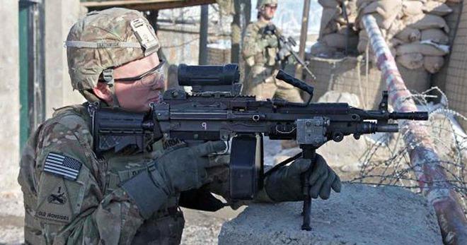 Bắn liên tiếp 700 phát bằng súng máy M249 SAW thì ống giảm thanh có sống sót được không? - Ảnh 1.