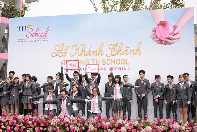 Bộ trưởng Phùng Xuân Nhạ: Tôi đánh giá cao và biểu dương tâm huyết của bà Thái Hương khi xây dựng TH School - Ảnh 1.