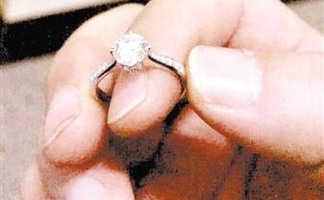 """Mẹ đưa nhẫn kim cương 600 triệu cho con chơi, món trang sức bất ngờ """"không cánh mà bay"""""""