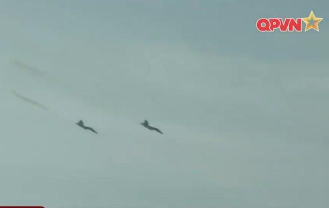Ấn tượng quân sự Việt Nam tuần qua: Su-30MK2, Su-22, Mi-8 diễn tập bắn đạn thật quy mô lớn - Ảnh 1.