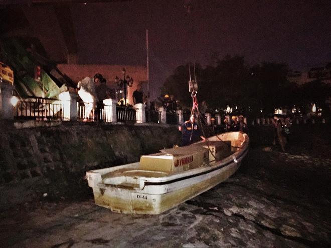 Trắng đêm thu dọn cá chết tại hồ Hoàng Cầu, Hà Nội - Ảnh 1.