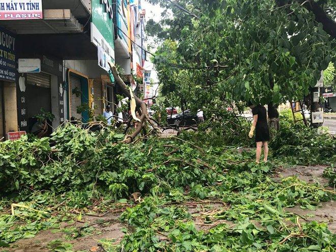Hàng chục tàu cá chìm, đường sắt tê liệt, phố phường Hà Nội ngập sâu trong bão số 2 - Ảnh 8.