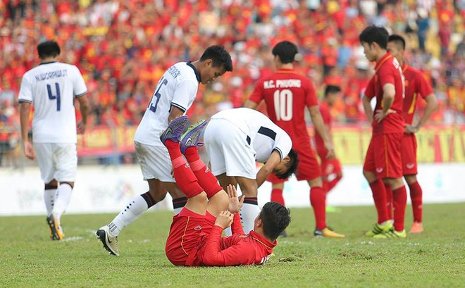 Đội xuất sắc của Việt Nam thua đội yếu kém của Thái Lan, làm sao đây bầu Đức ơi?
