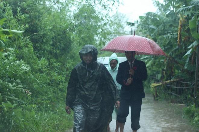Quảng Trị: Nhà trai xắn quần, cắp dép vượt lũ đi đón dâu ngày mưa bão - Ảnh 10.