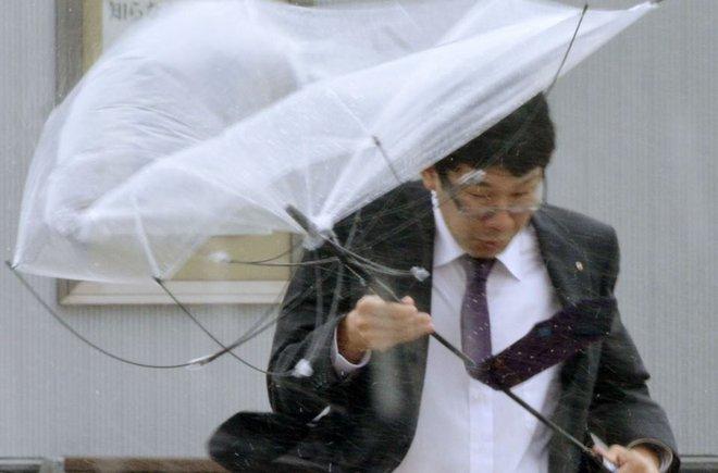 Cảnh tượng khủng khiếp ở Nhật khi siêu bão Lan đổ bộ - Ảnh 3.