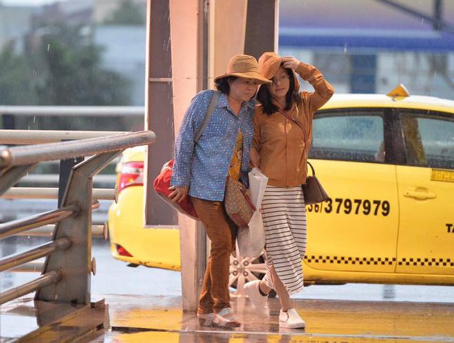 Bão số 12: Sân bay Đà Nẵng mưa to, gió lớn, hành khách co ro vì lạnh - Ảnh 1.