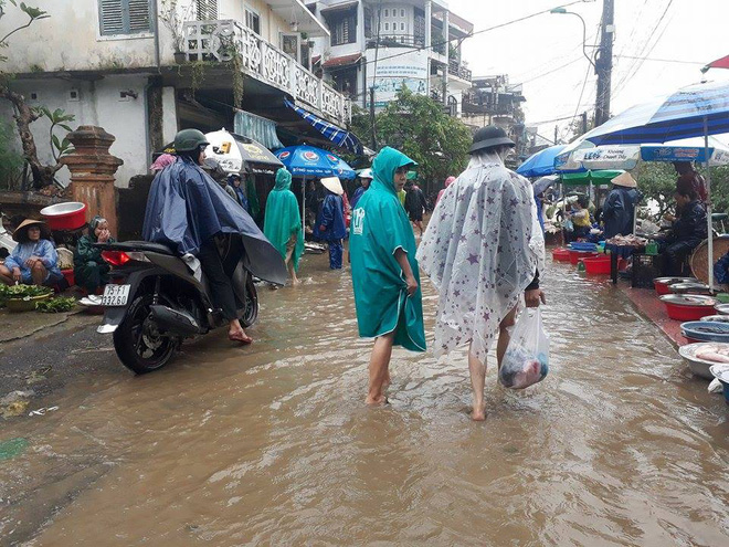 [ẢNH + VIDEO] Sau bão, lũ ngập khắp các tỉnh miền Trung, nhiều khu vực bị chia cắt - Ảnh 11.
