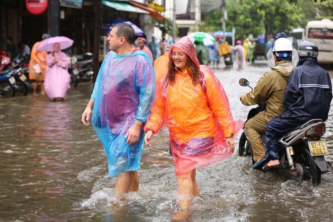 Du khách nước ngoài thích thú lội nước, chụp hình trong lũ ở Hội An - Ảnh 4.