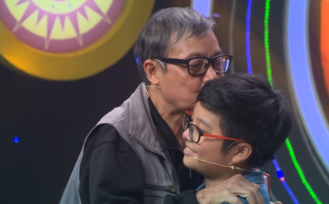 Khoảnh khắc xúc động của con trai Thảo Vân và ông nội bị mất khả năng nghe