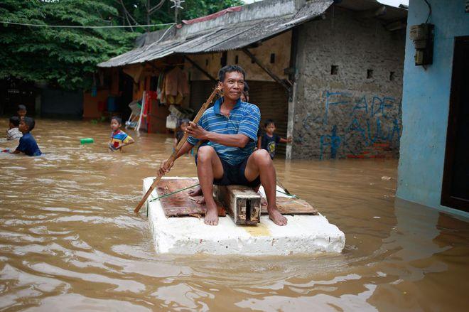 24h qua ảnh: Người Indonesia vượt nước lũ bằng bè tự chế - Ảnh 6.
