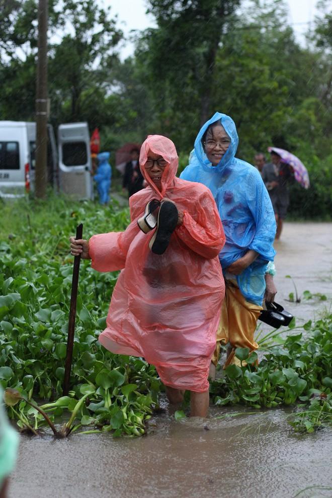 Quảng Trị: Nhà trai xắn quần, cắp dép vượt lũ đi đón dâu ngày mưa bão - Ảnh 14.
