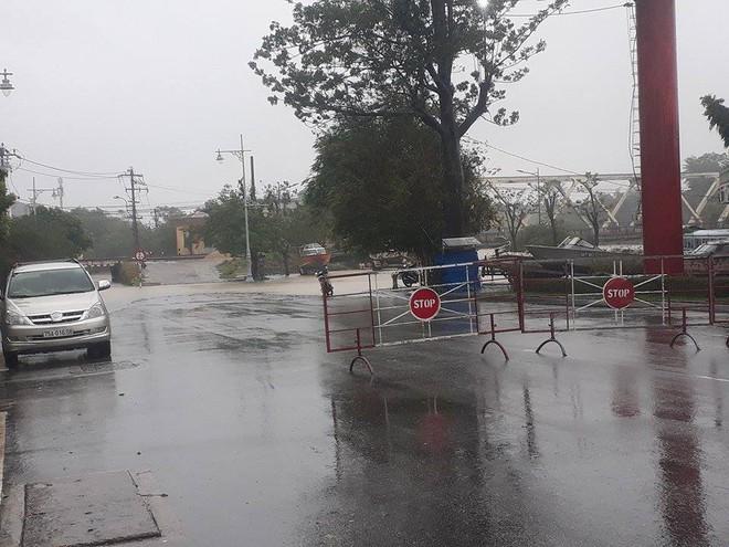 [ẢNH + VIDEO] Sau bão, lũ ngập khắp các tỉnh miền Trung, nhiều khu vực bị chia cắt - Ảnh 7.