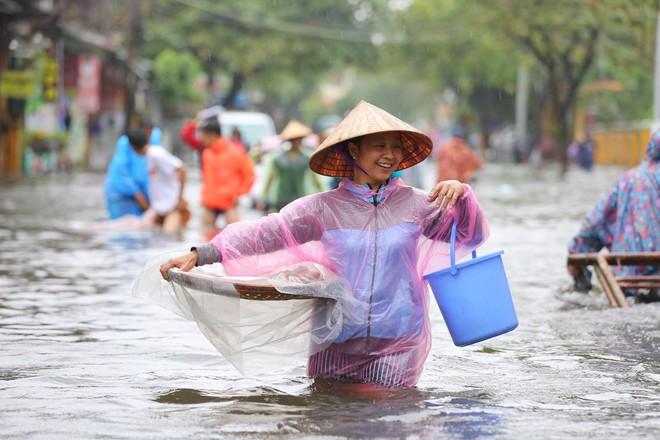 Du khách nước ngoài thích thú lội nước, chụp hình trong lũ ở Hội An - Ảnh 7.