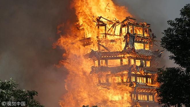 24h qua ảnh: Tháp gỗ cao nhất châu Á cháy rực trong biển lửa - Ảnh 5.