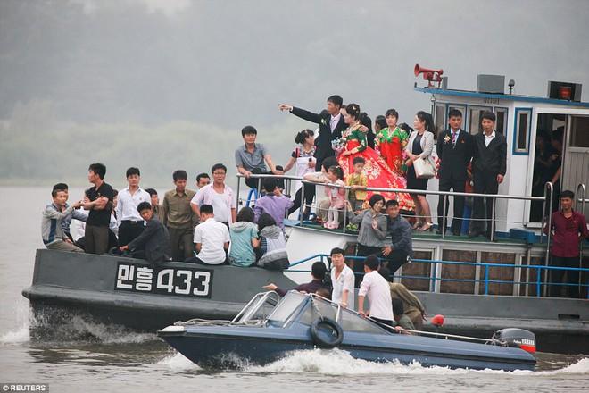 24h qua ảnh: Người dân Triều Tiên du lịch bằng thuyền gần biên giới Trung Quốc - Ảnh 7.