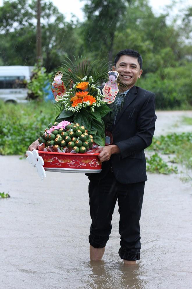 Quảng Trị: Nhà trai xắn quần, cắp dép vượt lũ đi đón dâu ngày mưa bão - Ảnh 3.
