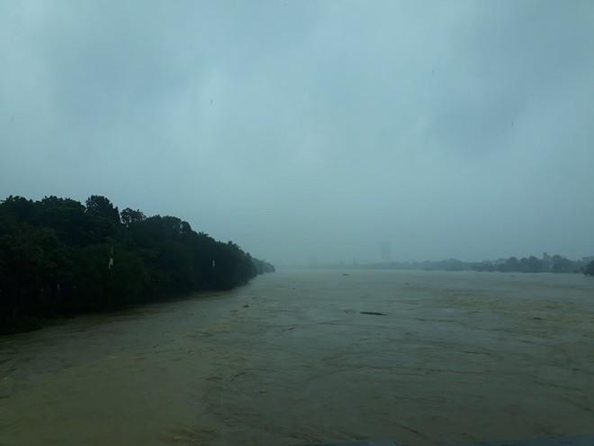 [ẢNH + VIDEO] Sau bão, lũ ngập khắp các tỉnh miền Trung, nhiều khu vực bị chia cắt - Ảnh 3.