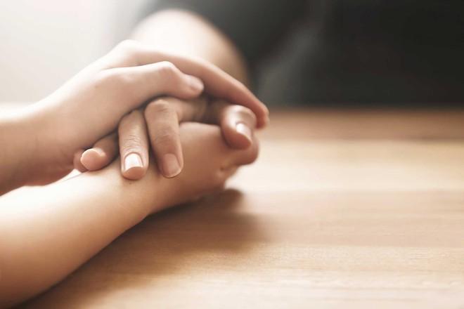 Vạch trần 11 dấu hiệu của người đang cố tình che giấu cảm xúc - Ảnh 1.