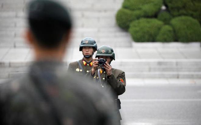 24h qua ảnh: Binh sĩ Triều Tiên giám sát lãnh đạo Mỹ tại biên giới