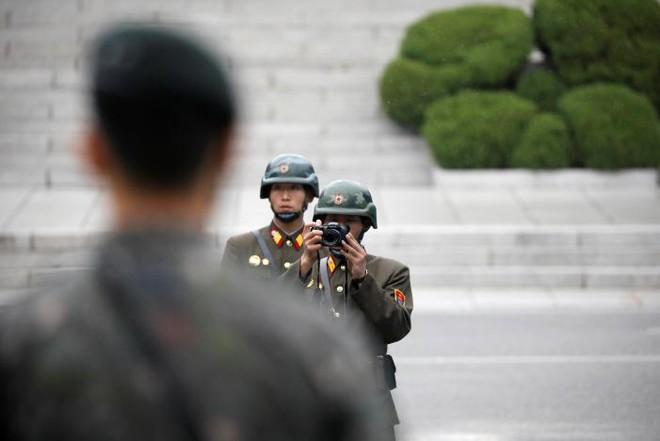24h qua ảnh: Binh sĩ Triều Tiên giám sát lãnh đạo Mỹ tại biên giới - Ảnh 4.