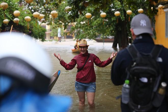 Du khách nước ngoài thích thú lội nước, chụp hình trong lũ ở Hội An - Ảnh 3.