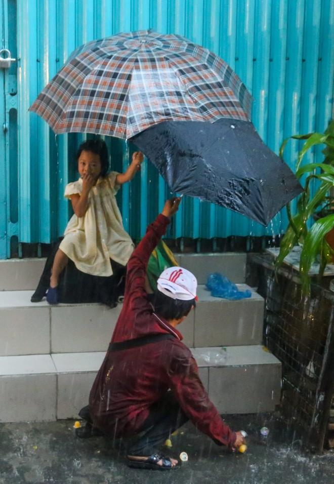 Mưa, chiếc ô rách và những câu chuyện khiến lòng người thổn thức - Ảnh 8.