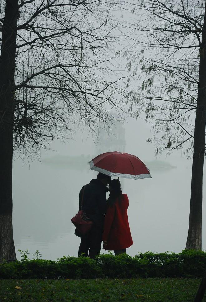 Mưa, chiếc ô rách và những câu chuyện khiến lòng người thổn thức - Ảnh 11.