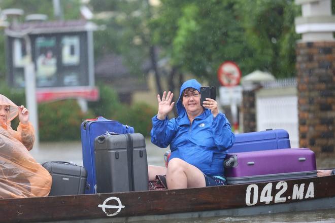 Du khách nước ngoài thích thú lội nước, chụp hình trong lũ ở Hội An - Ảnh 5.